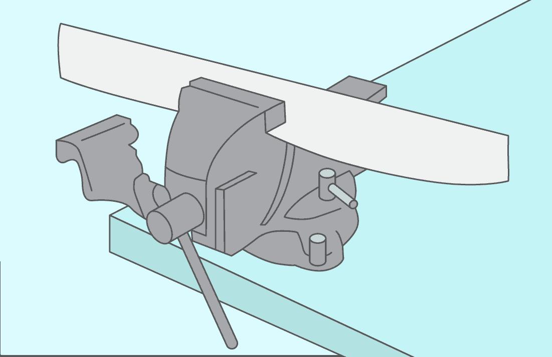Fixer la lame en son centre sur un établi grâce à un serre-joint ou d'un étau.